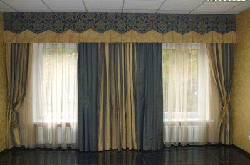 Красивая модель штор в кабинет с большими окнами