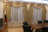 Окна в кабинете с ламбрекенами делают помещение более нарядным