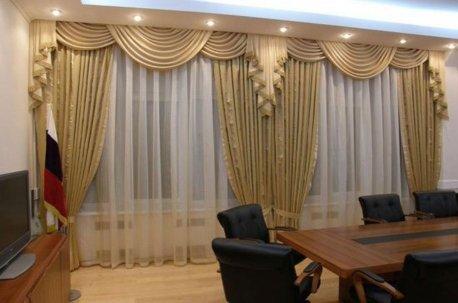 Окна в кабинете с ламбрекенами делают помещение более нарядным  недорого