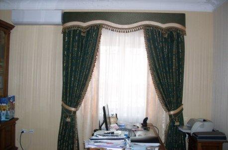 Шторы с жестким ламбрекеном - подходящий вариант для оформления окна в кабинете недорого