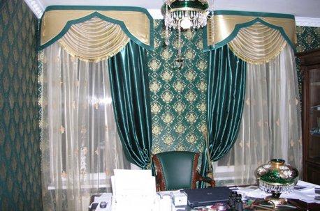 Бирюзовые шторы на окне в кабинете подобраны по цвету к обоям недорого
