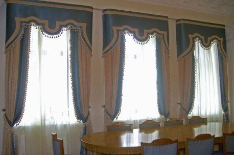 Строгая и одновременно нарядная модель штор на окнах в кабинете недорого