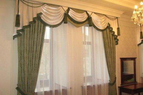 Сочетание темно - оливковых штор и ламбрекена из молочной ткани очень украшает кабинет директора недорого
