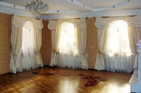 Красивые шторы в просторной гостиной недорого
