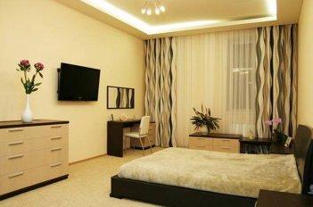 Лаконичные шторы в спальню с современной мебелью