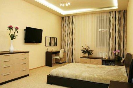 Лаконичные шторы в спальню с современной мебелью недорого