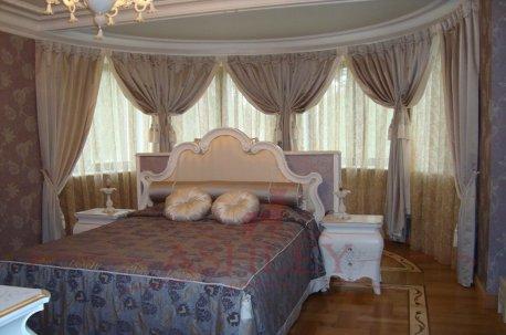 Спальня с эркером - шторы выглядят как обрамление вокруг кровати недорого