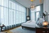 Прозрачная гардина на окне в спальне не скрывает пространство и не уменьшает размеры комнаты