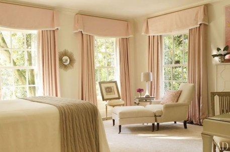 В спальне с узкими окнами удачно смотрятся ровные шторы, украшенные жесткими ламбрекенами недорого