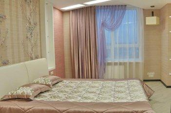 Красивые ткани - компаньоны бежево-розового цвета создают в спальне комфортную романтическую атмосферу