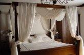 Балдахин из натуральной льняной гардины над кроватью в спальне