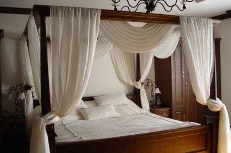 Балдахин из натуральной льняной гардины над кроватью в спальне недорого