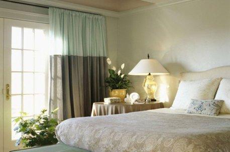Современная модель штор в спальне недорого