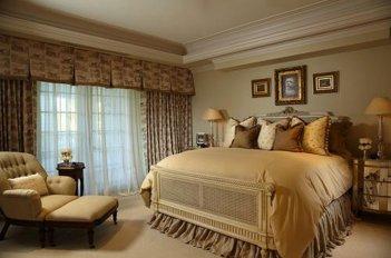 Уютная и комфортная спальня в теплых коричнево-медовых тонах