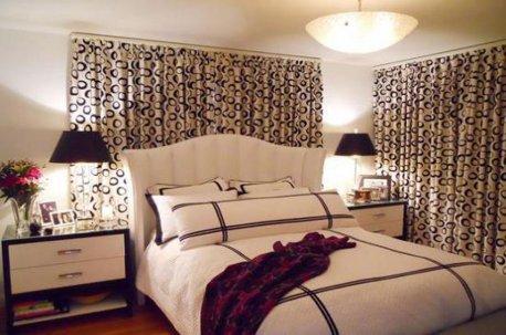 Балдахин над кроватью и шторы на окне в спальне пошиты из одинаковых тканей недорого