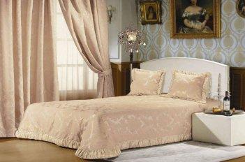 Светлые розовые тона штор в спальне освежают маленькое помещение и визуально делают его просторнее