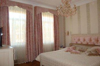 Жесткие ламбрекены на двух окнах в спальне