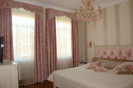 Жесткие ламбрекены на двух окнах в спальне недорого
