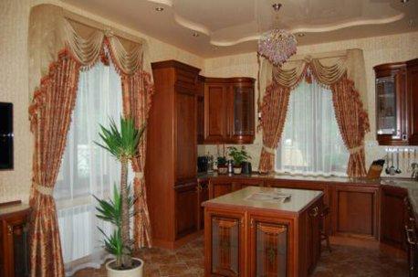 Нарядные шоры с ламбрекенами органично вписались на окна разных размеров кухни и столовой недорого