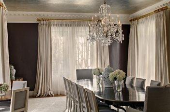 Современные шторы из светлой ткани на окнах в гостиной - столовой с коричневыми стенами