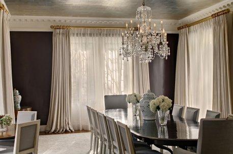 Современные шторы из светлой ткани на окнах в гостиной - столовой с коричневыми стенами недорого