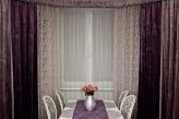 Красивые шторы из бархатной ткани не требуют сложного дизайна, они смотрятся богато но лаконично