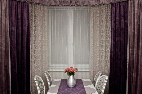 Красивые шторы из бархатной ткани не требуют сложного дизайна, они смотрятся богато но лаконично недорого