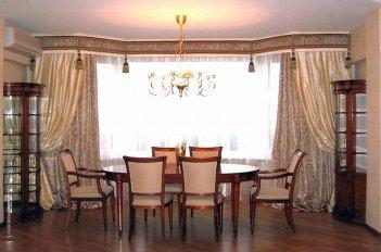 Шторы в столовую пошиты в строгом классическом стиле
