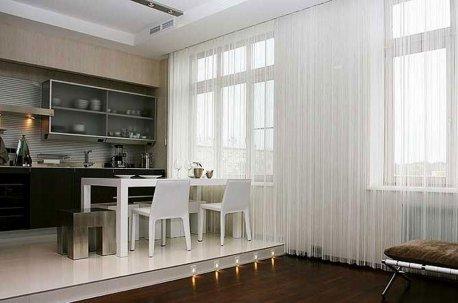 Легкая стильная занавесь на больших окнах в гостиной-столовой недорого
