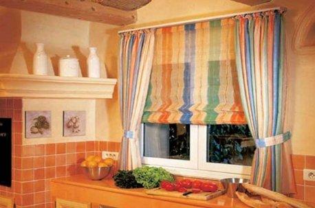 Сочетание римской шторы и легких декоративных штор на окне в столовой недорого