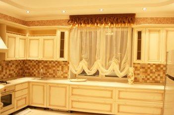 Небольшое кухонное окно с гардиной до подоконника