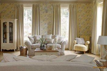 Шторы в пастельных тонах выглядят изысканно и удачно дополняют обстановку комнаты