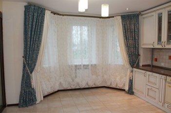 Шторы на окне в большой гостиной