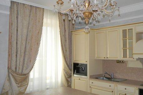 Цвет штор в гостиной удачно подобран по цвету к кухне недорого
