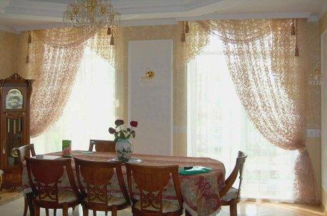 Ажурные занавески в ассиметричном фасоне на окнах в кухне-столовой недорого