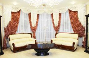 Шторы с ламбрекенами в зале на большом окне недорого